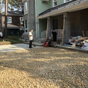 подготовка к мощению участка перед жилым домом