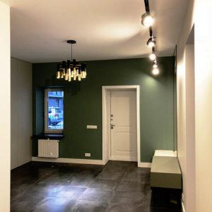 Прихожая: поднятие пола стяжкой, облицовка плиткой, шпатлевка и окраска стен, потолка, установка светильников и электропроводка