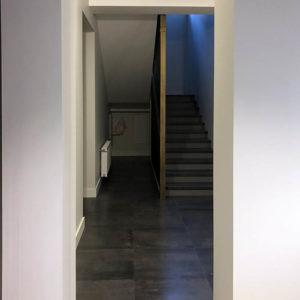 Вид из коридора на лестницу, рядом с лестницей установленный нашими электриками распределительный щит