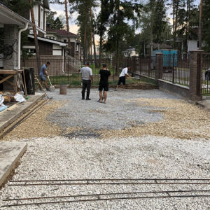 Подготовка площадки перед жилым домом, отсыпка гравием