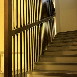 """Установка цельного ограждения лестницы в виде """"арфы"""", тонирование стальной конструкции в цвет, облицовка бетонной лестницы и установка освещения"""