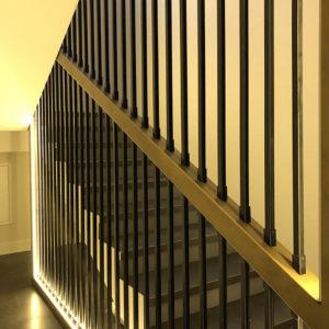 Цельная металлическая конструкция ограждения была заказана в мастерской и изготовлена по проекту, затем окраска и тонирование после установки