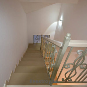 Лестница в коттедже, выход на мансарду