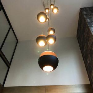 установка роскошной люстры в помещении зала со вторым светом