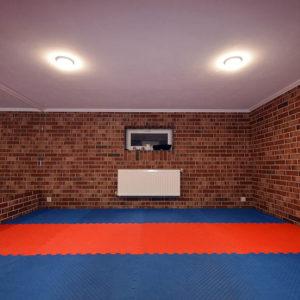 Спортивная комната в подвальном помещении. Отделка стен, спортивное покрытие пола, освещение