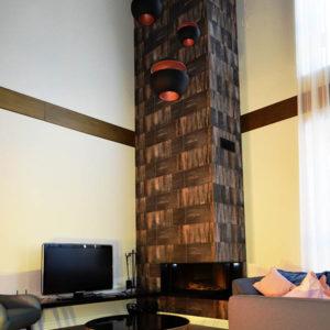 Оформление интерьера зала с камином в коттедже КП Чистые Пруды