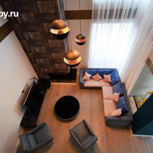 Вид на интерьер зала с камином в коттедже