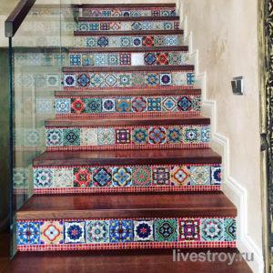 лестница из бетона, облицовка, с ограждением из стекла и поручнем