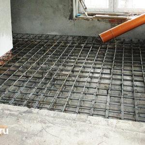 Приемка бетона в новое перекрытие. Бетон подается по желобу