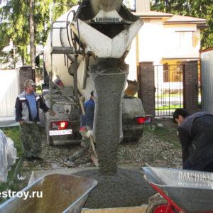 бетон разгружается в подготовленную емкость и доставляется на этаж