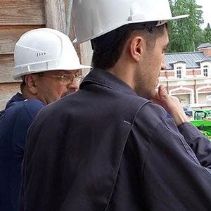 Прорабы Сергей и Шараф на строительстве в Усово