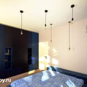 потолок в спальне в коттедже