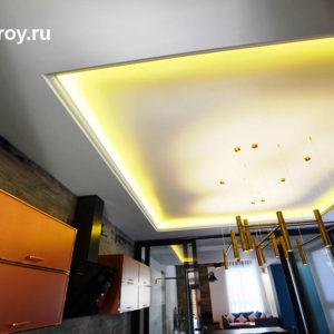 потолок в кухне коттеджа, два уровня
