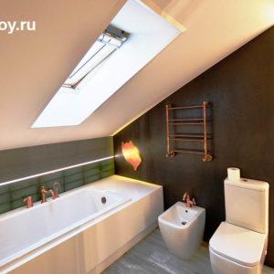 санузел с ванной на мансардном этаже коттеджа