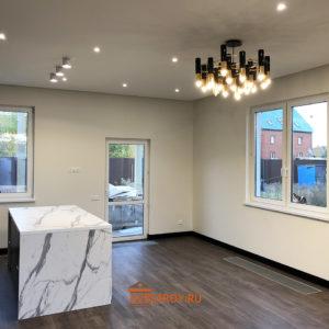 помещение кухни - освещение в потолке и люстра