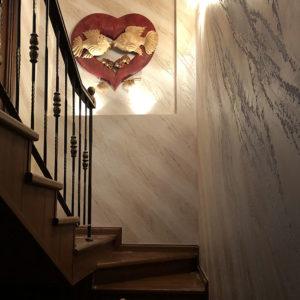 венецианка на лестнице и декор